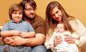 Maria Raquel, de dois meses, com os pais, Sara e Carlos, e o irmão, José Pedro
