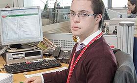 Rafael, portador de trissomia 21, distribui correio interno e insere dados no computador