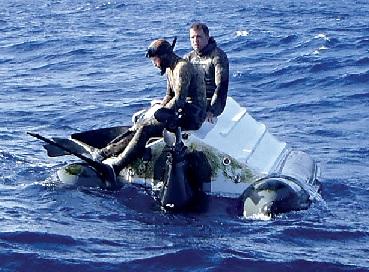Os dois homens sobreviveram com bolachas e água. Fatos de mergulho ajudaram