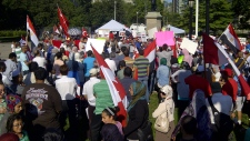 Um grupo protesta junto ao Queen's Park - 17 agosto, 2013. (CP24/George Lagogianes)