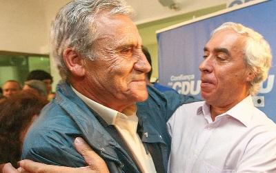 Jerónimo de Sousa foi a Évora felicitar Carlos Pinto de Sá, um dos grandes vencedores da noite (Foto de Hugo Rainho)