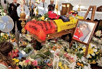 Sobre a urna do jovem que morreu aos 18 anos, foi colocado o equipamento que o bombeiro usava e uma mensagem dos colegas