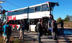 Um comboio Via Rail e um autocarro colidiram no extremo oeste de Ottawa, a 18 de setembro de 2013. (The Canadian Press/Terry Pedwell.)