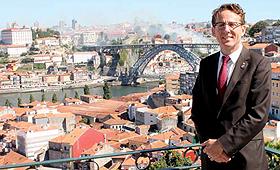 Andrew Cash em V. N. Gaia com o rio Douro e o Porto em fundo. (Direitos Reservados)