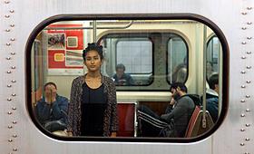 Nadia, originalmente de Bangladesh, posa para uma foto no metro de Toronto - 09 de novembro de 2013. (COSMOPOLIS TORONTO / Colin Boyd Shafer)
