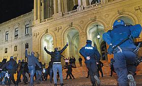 Agentes fardados tiveram de perseguir colegas de todas as forças de segurança até à entrada do Parlamento. (MANUEL DE ALMEIDA / LUSA)