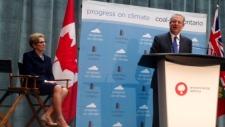 O ex-vice-presidente dos EUA, Al Gore, fala depois do anúncio de Kathleen Wynne, que pretende banir do Ontário, o carvão como fonte de energia. (Cristina Tenaglia/CP24)