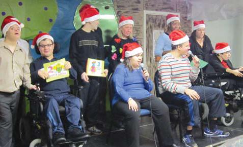 Grupo interpreta a canção 12 Days of Christmas