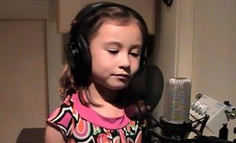 Rhema Marvanne canta a música 'O Holy Night', num vídeo que está a fazer sucesso na Internet