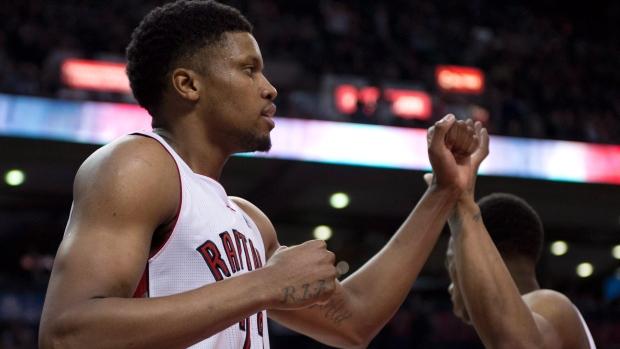 Rudy Gay (à esquerda) é felicitado pelo companheiro de equipa, DeMar DeRozan, durante um jogo da NBA. Foto de arquivo: (The Canadian Press/Frank Gunn)
