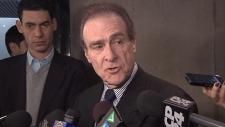 O vice-presidente Norm Kelly fala aos repórteres na Câmara Municipal