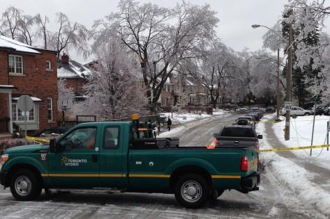 Na Hanna Road, em Leaside, uma carrinha da Toronto Hydro repara fios derrubados, cobertos pelo gelo. Foto de arquivo. CITYNEWS
