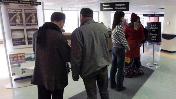As pessoas na fila do Resource Canada, em Montreal. (The Canadian Press/Ryan Remiorz)