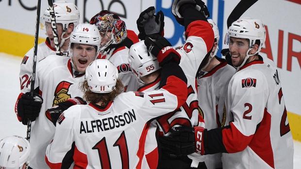 Os jogadores dos Ottawa Senators comemoram uma vitória na NHL. Foto de arquivo: (Graham Hughes/THE CANADIAN PRESS)