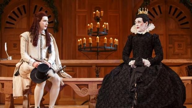 """Produção da Shakespeare's Globe """"Twelfth Night"""", dirigida por Tim Carroll, no Teatro Belasco, em Nova York. (AP Photo/Boneau/Bryan-Brown, Copyright Joan Marcus)"""