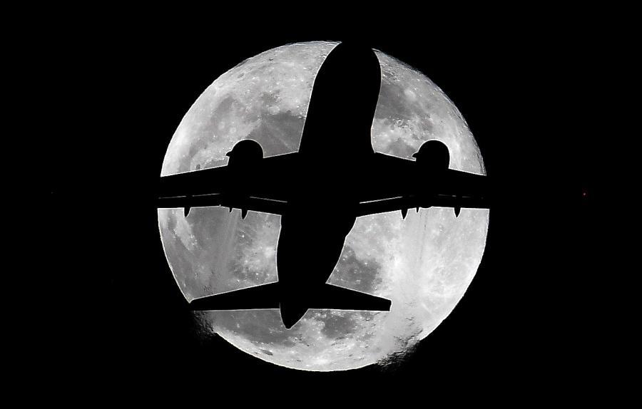 9355b2a78 Lisboa, 27 jul (Lusa) – O eclipse total da Lua mais longo do século ocorre  hoje, com Portugal a 'apanhar' o fenómeno a meio porque a Lua nasce numa  altura ...